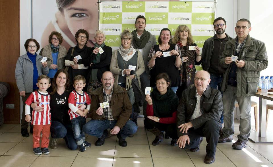 Los 15 ganadores del vale de compra de 50 euros posan en las instalaciones de Binipreu Menorca